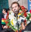 Nosiglia llega a La Paz en medio  de un multitudinario recibimiento