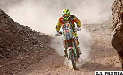 Juan Carlos Salvatierra durante la cuarta etapa del Dakar