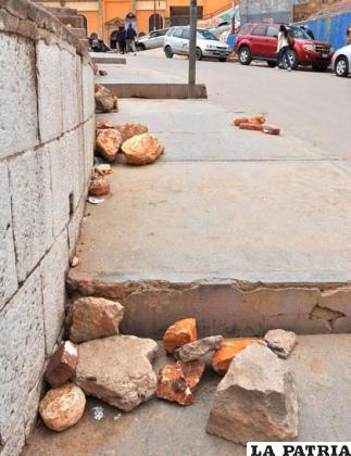 Piedras dejadas en calles aledañas a la Avenida Cívica