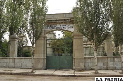 Entrada al Cementerio de la Sociedad Croata de Socorros Mutuos