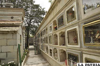 Los mausoleos privados y los nichos comparten el espacio