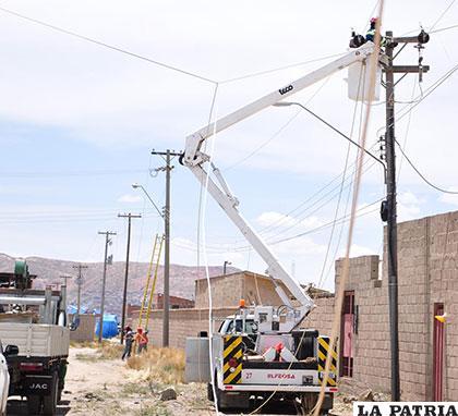 Los cables que fueron derribados por un camión son restituidos por personal especializado