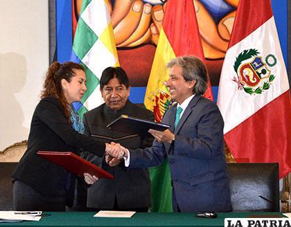 Autoridades bolivianas y peruanas se dan la mano en beneficio del lago Titicaca /ABI
