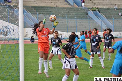 Kimberly López, guardameta de Cochabamba, atrapa el balón