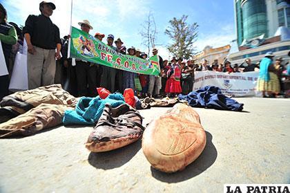 Comunarios de Caracollo muestran ropa ensangrentada de los agredidos y no quieren ingresar al diálogo