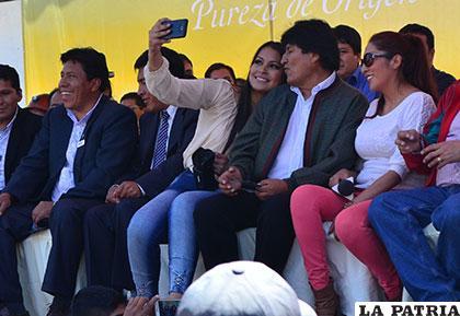 La Miss Oruro 2013, Natilena Blanco, tomándose una selfie con el Presidente Evo