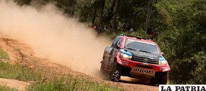 El catarí Nasser Al-Attiyah ganó la primera etapa pero tuvo problemas con su coche en el enlace /paraguay.com