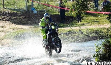 Juan Pedrero en plena competencia, fue el ganador en motos en la primera etapa /dakar.com