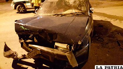 El vehículo de color azul terminó con el parachoques destrozado
