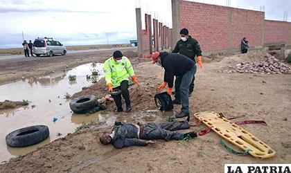 Personal policial hace el levantamiento legal del cadáver