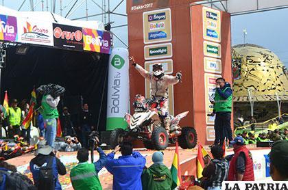 Conforme subían al podio, los pilotos se emocionaban mucho más