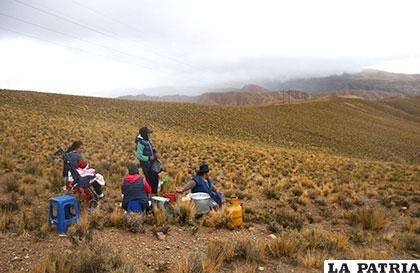 Habitantes observan el paso de los competidores entre Tupiza y Oruro