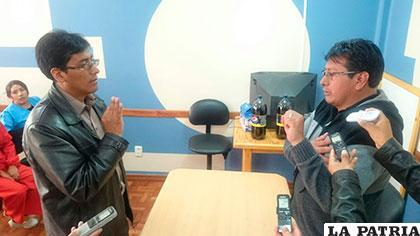El director del Sedes Jesús Ignacio (der.), posesionó al nuevo director del Banco de Sangre de Oruro,  Ramiro Ramírez (izq.)