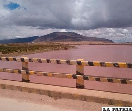 Desde el Puente Español se observa el incremento del volumen del lago