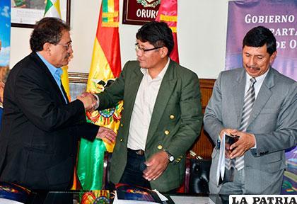 El 29 de diciembre, en la firma del documento de traspaso estuvieron el alcalde Edgar Bazán, el secretario general de la Gobernación, Magín Herrera y el gerente de SeLA, Rolando Herrera /Archivo