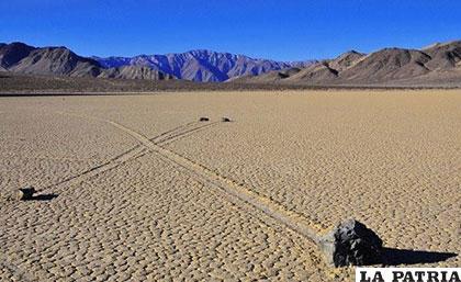 Piedras reptantes del Valle de la Muerte, este fenómeno ocurre en el deshabitado desierto en California, Estados Unidos. Se observa cómo las piedras