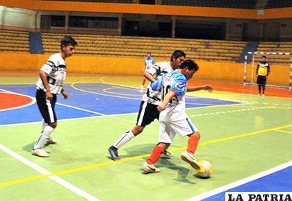 Osvaldo Morales, de Quiroziñhos, avanza con balón dominado