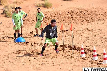 Mario Ovando en el trabajo físico en las dunas de arena