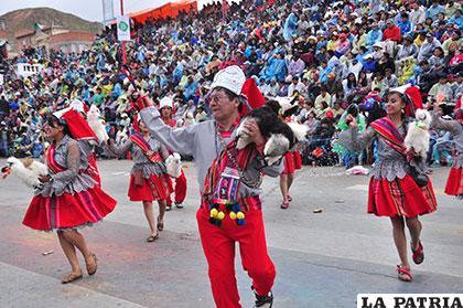 La llamerada, una de las danzas que hace bailar a los turistas desde las graderías