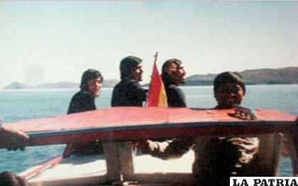 Al lado (derecho) de la enseña Tricolor, Renato /Archivo