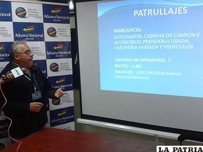 Gerente de la Aduana Oruro, Oscar Arancibia Bracamonte, durante la conferencia de prensa