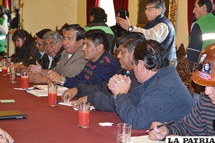 Dirigentes de la COB durante su reunión con el Presidente, el jueves pasado /ABI