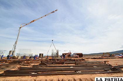 Durante la fase inicial de construcción de la empresa de cemento /Archivo