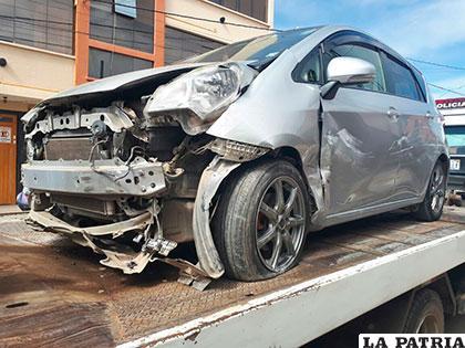El vehículo que colisionó con otro y se estrelló contra la casa