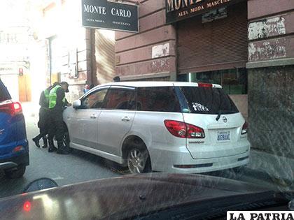 Los uniformados preparan la boleta de infracción para el conductor