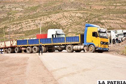 Transportistas establecen puntos de bloqueos en rutas y Policía realiza controles