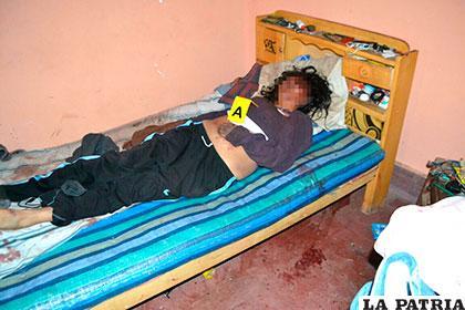 La mujer yace sin vida en su cama