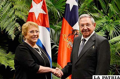 Bachelet asegura que en democracia las manifestaciones deben ser pacíficas — Tras ataques