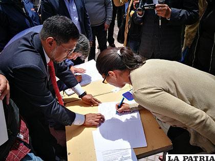 La población se adhiere mediante firmas al pedido de revocatorio de Bazán