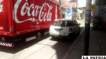 El vehículo mal estacionado afectó el tráfico de otros coches