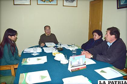 Presídium de la Federación de Empresario Privados de Oruro en una reunión /LA PATRIA