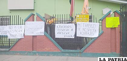 Hospital Rafael Pabón fue empapelado en rechazo al sospechoso cambio de personal /LA PATRIA