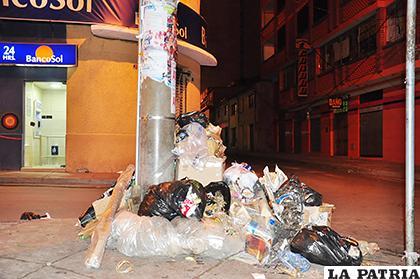 Las sanciones se intensificarán a quienes arrojen basura en vía pública /LA PATRIA /ARCHIVO