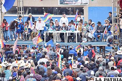 El sábado se reunieron en el estadio del municipio de Huanuni /LA PATRIA