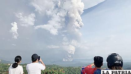 La gente toma fotos de una explosión freática del volcán /EL SALVADOR