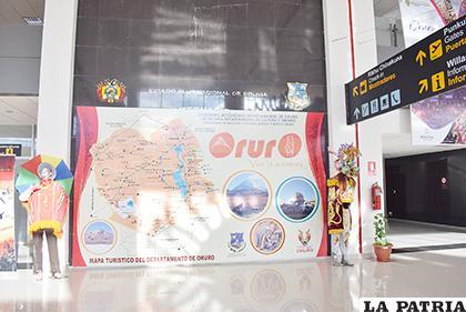 La plaqueta en la que figura el nombre del expresidente Morales, fue tapada por un mapa de Oruro /LA PATRIA