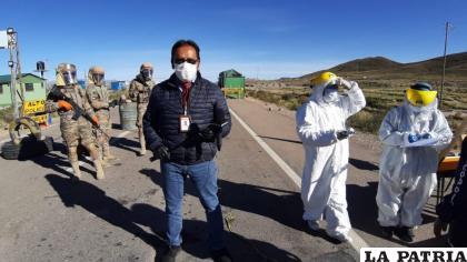 El periodista Juan Flores al ingreso de la ciudad de Oruro /LA PATRIA
