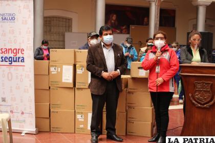 Acto de entrega de reactivos al Banco de Sangre de Oruro /LA PATRIA