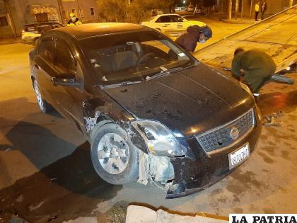 El impactó generó daños de consideración en el vehículo negro /LA PATRIA
