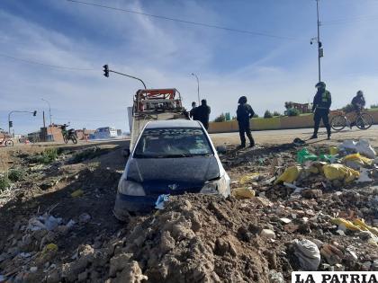 El efectivo policial, en estado de ebriedad, encunetó su automóvil a un costado de la vía /LA PATRIA