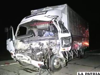 El camión quedó destruido tras el choque en la carretera Oruro-Pisiga /LA PATRIA