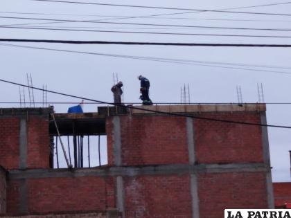 Los trabajadores de la construcción están preocupados ante la posibilidad de paralizar sus obras /LA PATRIA