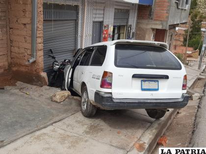 La vagoneta se subió al pretil de la acera e impactó contra una motocicleta y una vivienda  /LA PATRIA