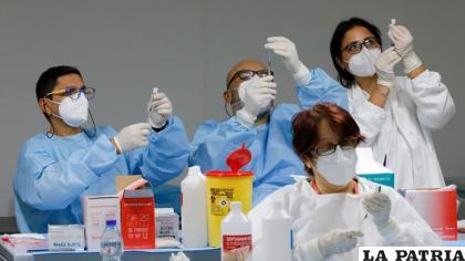 Preparación de dosis de Pfizer en Italia /Reuters