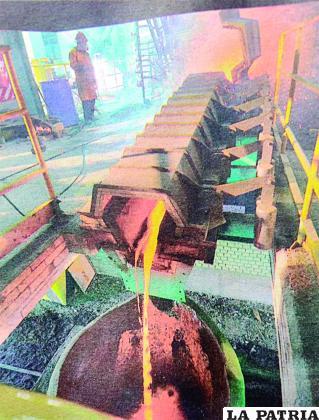 Parte del proceso que se cumple en la Fundición de Vinto para recuperar minerales con alta calidad de exportación