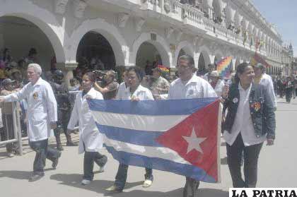 Médicos cubanos que prestan servicios en Oruro, participaron del Desfile